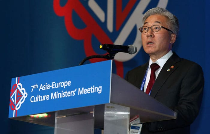Minister of Culture, Sports and Tourism Kim Jongdeok delivers his congratulatory words during an official dinner to welcome participating ministers and vice ministers from ASEM countries to Gwangju. He said that, 'This meeting can help boost cultural cooperation among ASEM member nations and share our visions and experiences for culture and the creative industries.'