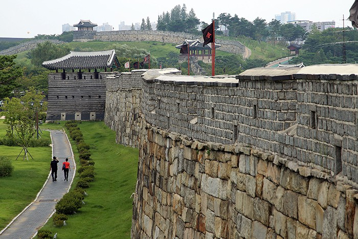 The Suwon Hwaseong Fortress was constructed by Jeong Yak-yong under the order of King Jeongjo (1752-1800). It took only two years and nine months to complete the fortress thanks to the use of the <i>geojunggi</i>, a construction crane developed by Jeong. The fortress is highly valued for its architectural significance, as military theories from both the East and the West were applied to its design, as well as to the construction of the fortress itself.