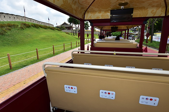 Passengers can listen to tourist information in Korean, English, Mandarin or Japanese on board the Hwaseong Eocha. The windows on the new vehicle are detachable, depending on the season.