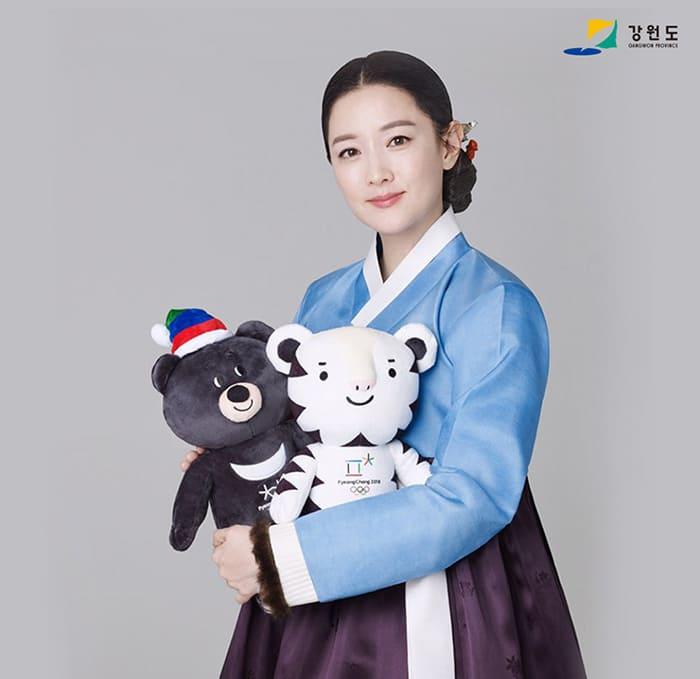 Actress Lee Young-ae holds Soohorang (right) and Bandabi, mascots for the PyeongChang 2018 Olympic and Paralympic Winter Games.