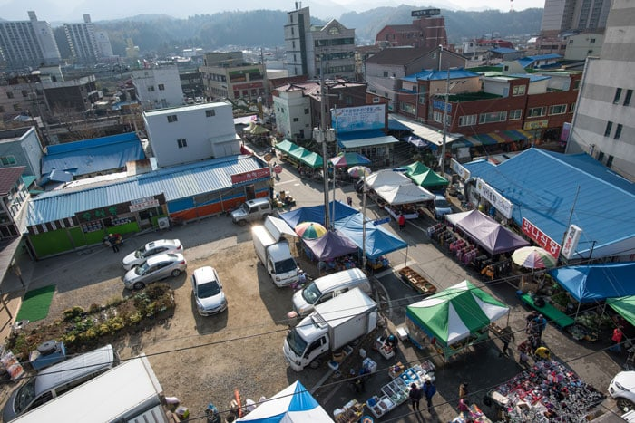 The five-day wild herb market in Jinbu-myeon Township, Pyeongchang-gun County, saw its heyday from the late 1970s to the 2000s, becoming the largest wild herb market in the country. The photo shows the wild herb market in Jinbu-myeon today.