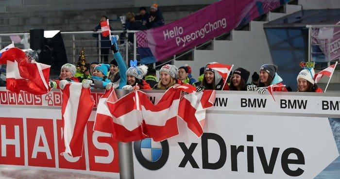 '2017 BMW IBU 바이애슬론 월드컵' 남자 릴레이가 열린 5일 오스트리아 국기를 든 사람들이 2위를 차지한 오스트리아 선수들에게 환호를 보내며 응원하고 있다.