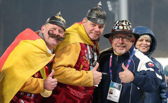 야그 힘러(Jaerg Himmler)씨(왼쪽 두번째)와 두 친구들이 5일 '2017 BMW IBU 바이애슬론 월드컵'이 열린 알펜시아 바이애슬론센터에서 엄지손가락을 들어보이고 있다.