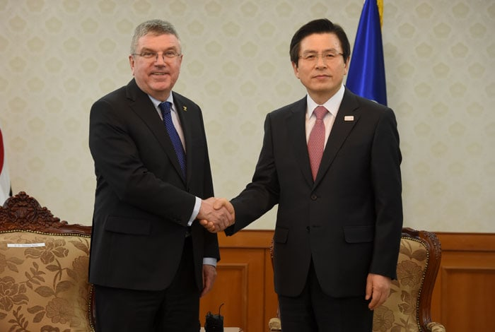 IOC President Thomas Bach (left) and Acting President and Prime Minister Hwang Kyo-ahn pose for a photo during a meeting at the Government Complex-Seoul on March 14.