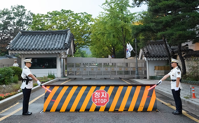 The iron wall that used to be closed in front of Chunchugwan Press Center of Cheong Wa Dae begins to open on June 26.