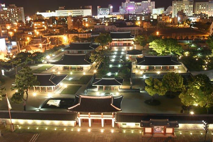 The Jeju <i>Mokgwana</i> (제주목관아), a Joseon government office complex, started late night tours on July 15. (Jeju World Natural Heritage Center)