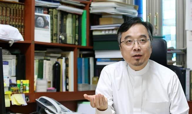 A. Rahman Lee Ju-Hwa, imam at the Korea Muslim Federation, speaks with Korea.net at the Seoul Central Masjid in Itaewon on Aug. 8. (Jeon Han)