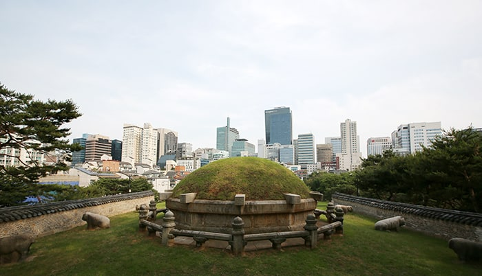 Royal Joseon tombs in Seoul and Gyeonggi-do Province will be hosting a range of heritage events from Oct. 22 to Nov. 5. The photo above shows the Seolleung Royal Tomb (선릉, 宣陵). (Korea.net DB)
