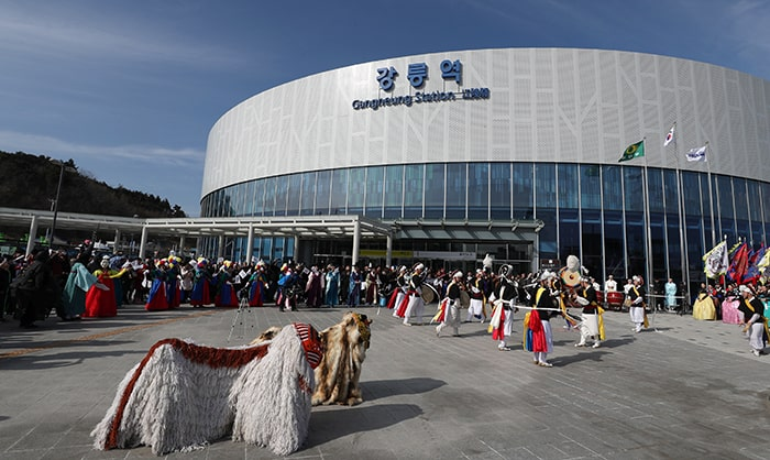 With more than 20,000 daily users, Gangneung Station has become the gateway to the PyeongChang 2018 Olympic Winter Games and a new attraction for tourists. The photo shows a traditional march and percussion performance in front of the station on Feb. 15.