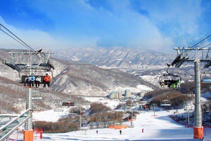 추운 겨울 한국을 방문한다면 새하얀 설경을 배경으로 스키나 스노보드 등 겨울레포츠를 만끽할 수 있다. 한국관광공사