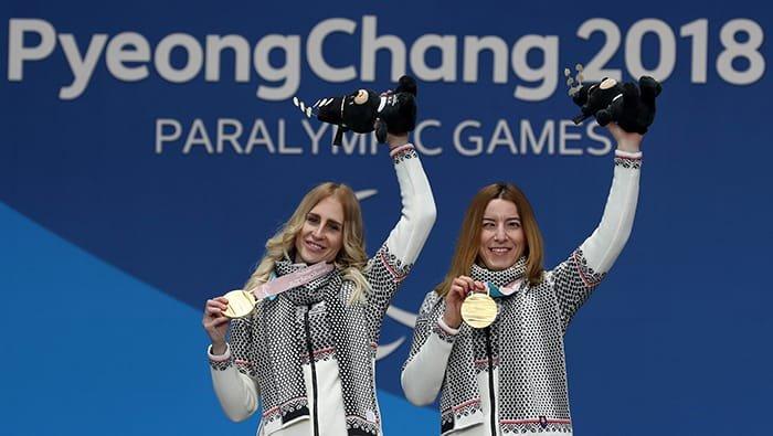 '2018 평창 동계패럴림픽' 알파인스키 시각장애 여자 슈퍼대회전에서 정상에 오른 슬로바키아의 헨리에타 파르카소바(오른쪽)가 12일 강원도 평창 메달플라자에서 가이드 러너 나탈리아 수브르코바와 함께 손을 번쩍 들어 포즈를 취하고 있다. 전한 기자