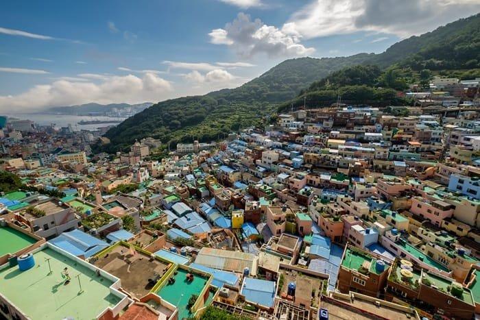 한국전쟁 피난민들이 모인 판자촌에서 한국의 산토리니로 거듭난 부산시 감천문화마을. 부산시