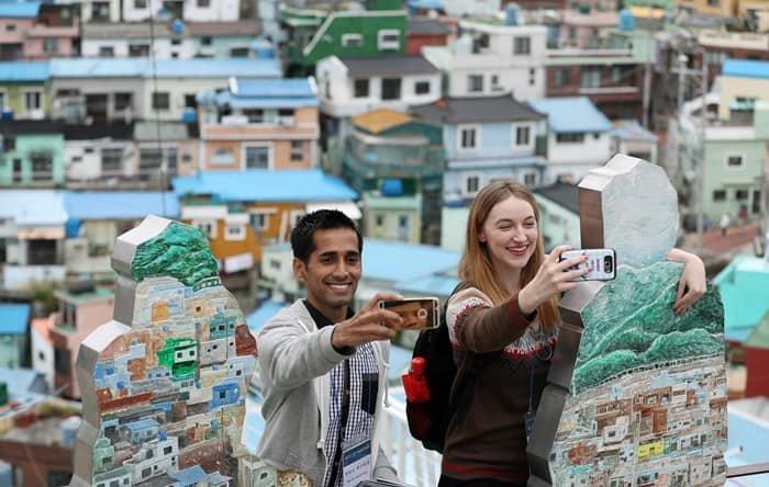 코리아넷 명예기자단이 2016년 부산 감천마을 방문 당시 마을을 배경으로 사진 촬영을 하고 있다. 코리아넷 DB