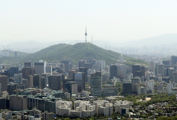 The World Bank released data showing the gross domestic product and gross national income per capita in each country in 2017 on Aug. 16. The photo above shows a bird's eye view of Seoul and Namsan Mountain. (Jeon Han)