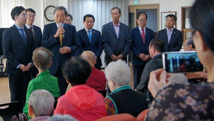 Former Japanese prime minister Yukio Hatoyama offers apology to the surviving victims of atomic bombings at Hapcheon, Gyeongsangnam-do province.