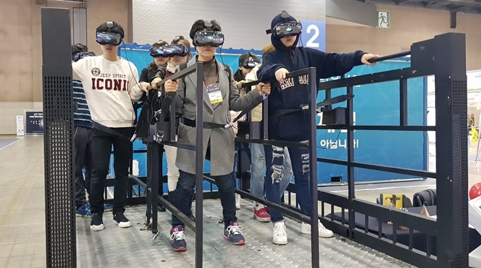 Visitors of Korea Innovative Safety & Security Expo 2018 experience earthquake drill simulation using Virtual Reality (VR) technology at the KINTEX convention center in Goyang City, Gyeonggi-do Province on Nov. 14.