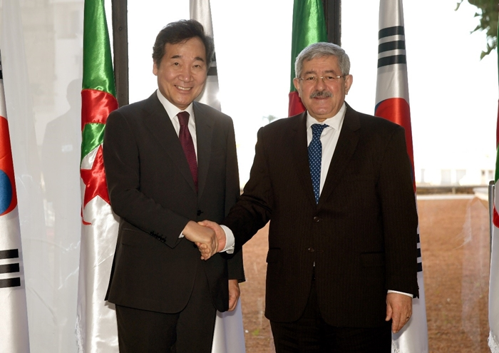 Prime Minister Lee Nak-yon (left) and Algerian Prime Minister Ahmed Ouyahia on Dec. 17 pose for photos in the Algerian capital of Alger. (Prime Minister's Office)