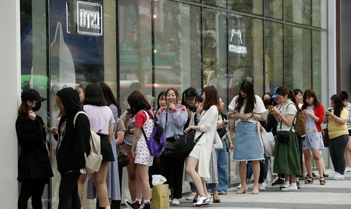 The heightened mood of peace on the Korean peninsula attracted more foreign tourists to Korea last year. This photo shows Japanese shoppers lined up at the Line Friends store in Seoul's trendy Hongdae neighborhood to buy BTS goods. (Korea.net DB)