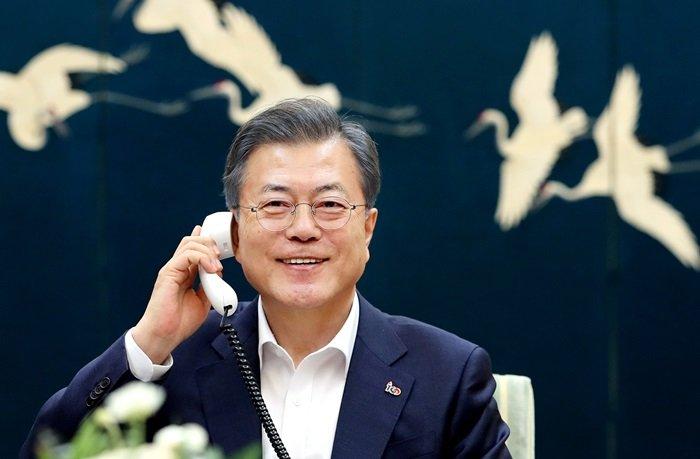 문재인 대통령이 19일 밤 청와대에서 2차 북미정상회담을 앞둔 도널드 트럼프 미국 대통령과 전화 통화를 하고 있다. 청와대