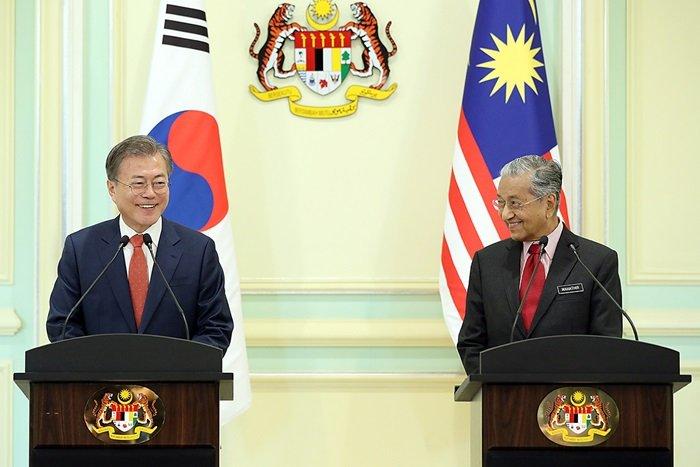 문재인 대통령(왼쪽)과 마하티르 모하마드 총리가 13일(현지시간) 푸트라자야 총리실에서 한-말레이시아 공동언론발표를 하던 중 환히 웃고 있다.