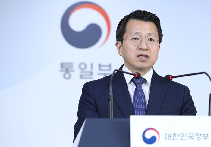 Unification Ministry Spokesperson Baik Tae Hyun on March 25 tells a news briefing that the inter-Korean liaison office in the North Korean border city of Gaeseong was partially normalized after several Pyeongyang officials returned. The North on March 22 had pulled all of its staff from the facility.