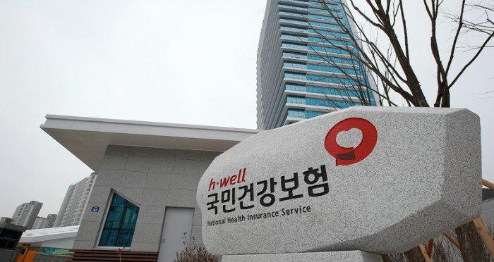 한국에 6개월 이상 머무는 외국인은 다음달 중순부터 건강보험에 의무적으로 가입해야 한다. 국민건강보험공단