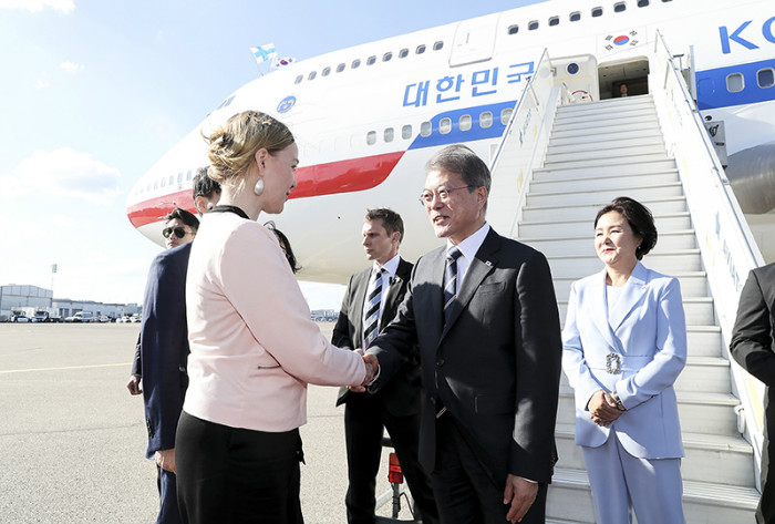 President Moon Jae-in (second from right) and first lady Kim Jung-sook (right) on June 9 greets Finnish Economic Affairs and Employment Minister Katri Kulmuni after the presidential couple's arrival at Helsinki Airport. (Cheong Wa Dae)