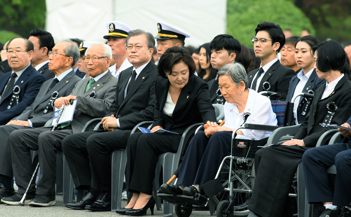 First lady Kim Jung-sook (fifth from left) on June 6 consoles Kim Cha-hee whose husband was killed while serving in the Korean War.