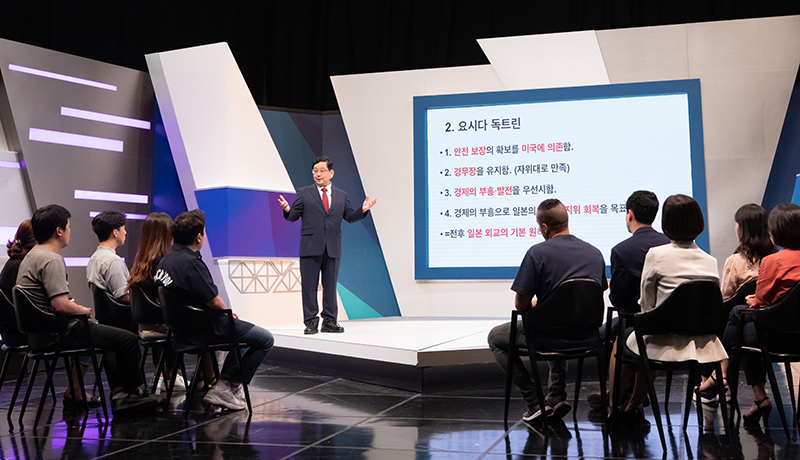 "Sejong University professor Yuji Hosaka on Aug. 8 explains the background of the Japanese conservative mainstream in a special lecture on the Arirang TV talk show ""Heart to Heart"" in Seoul"