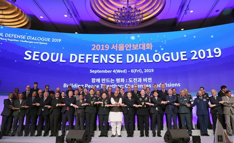 At the opening ceremony of the Seoul Defense Dialogue 2019 on Sept. 5, Defense Minister Jeong Kyeong-doo, U.S. Forces Korea Commander Robert B. Abrams and Indian Defense Minister Rajnath Singh pose for a group photo along with other military officials at the Lotte Hotel in Seoul. (Ministry of National Defense)