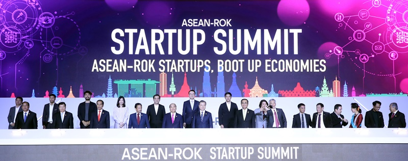 President Moon Jae-in (sixth from left in first row) on Nov. 26 poses for a photo with the leaders from the ten member states of the Association of Southeast Asian Nations (ASEAN) at the ASEAN-ROK Startup Summit, a side event of the 2019 ASEAN-ROK Commemorative Summit. From left in the first row are Cambodian Deputy Prime Minister Prak Sokhonn, Lao Prime Minister Thongloun Sisoulith, Indonesian President Joko Widodo, Bruneian Sultan Hassanal Bolkiah, Vietnamese Prime Minister Nguyen Xuan Phuc, President Moon, Thai Prime Minister Prayut Chan-o-cha, Singaporean Prime Minister Lee Hsien Loong, Philippine President Rodrigo Duterte, Myanmar State Counsellor Aung San Suu Kyi and Malaysian Prime Minister Mahathir Mohamad. (2019 ASEAN-ROK Commemorative Summit)