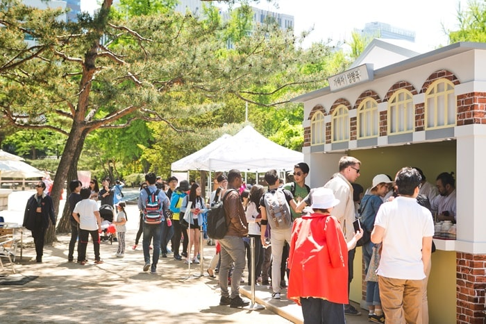 Visitors to the Royal Culture Festival at Deoksugung Palace can taste what is said to have been Emperor Gojong's favorite type of coffee at a booth in front of the Seokjojeon Hall.