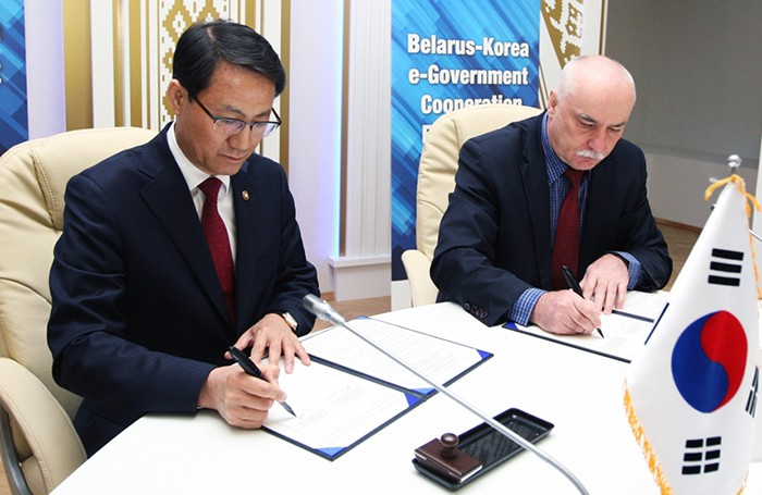 Vice Minister Kim Seong-lyul of the Ministry of the Interior (left) and Belarusian Minister Sergei Popkov from the Ministry of Communications and Informatization sign an MOU at the Belarus-Korea e-Government Cooperation Forum in Minsk on April 26. (Ministry of the Interior)