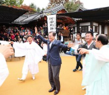 President Moon, first lady visit Andong Hahoe folk village