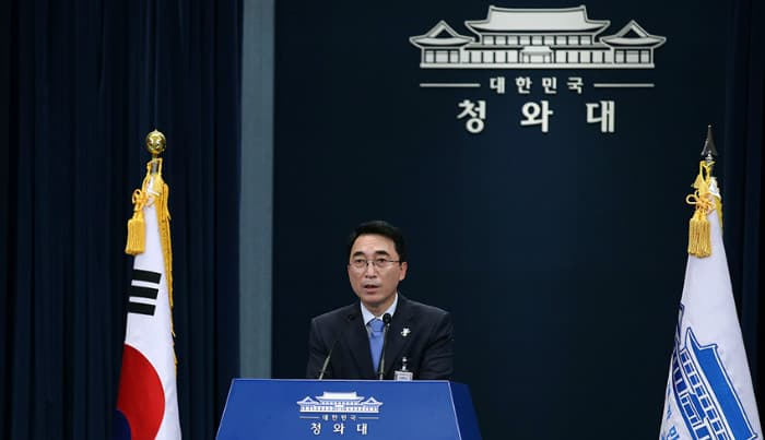 President Moon Jae-in sends a letter to U.S. President Donald Trump to express his condolences to the victims and families of the recent Las Vegas shooting, announced Cheong Wa Dae spokesperson Park Soo-hyun on Oct. 3. (Korea.net DB)